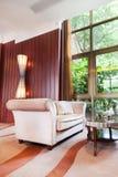Sala de visitas com sofá e tabela foto de stock