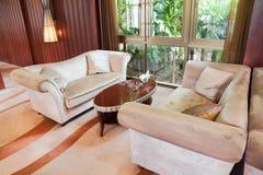 Sala de visitas com sofá e tabela fotografia de stock royalty free