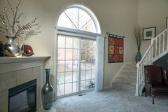 Sala de visitas contemporânea com opinião do pátio do inverno imagem de stock royalty free
