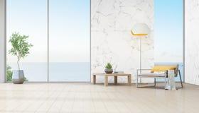 Sala de visitas da opinião do mar da casa de praia luxuosa com a planta interna perto da janela de vidro Imagem de Stock Royalty Free