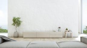 Sala de visitas da opinião do mar da casa de praia luxuosa do verão com suporte da tevê e o armário de madeira Fotografia de Stock