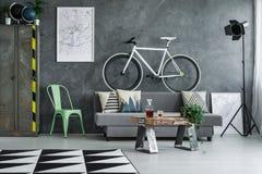 Sala de visitas do indivíduo com bicicleta fotos de stock