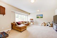 Sala de visitas do jogo de tevê com o grande sofá marrom. fotos de stock