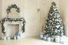 Sala de visitas do Natal com uma árvore de Natal, a chaminé, os presentes e uma grande janela O ano novo bonito decorou o interi  fotos de stock