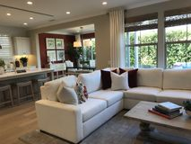 Sala de visitas e cozinha aberta imagens de stock royalty free
