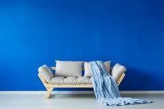 Sala de visitas e sofá escandinavos fotografia de stock royalty free