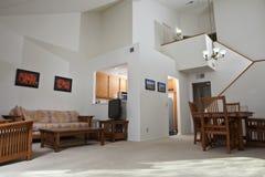 Sala de visitas ensolarada do condomínio fotografia de stock royalty free
