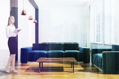 Sala de visitas escandinava luxuosa do estilo, mulher Imagem de Stock