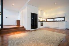 Sala de visitas espaçoso com cozinha aberta Fotos de Stock