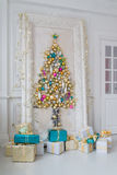 Sala de visitas interior bonita decorada para o Natal Quadro grande do espelho com uma árvore feita das bolas e dos brinquedos Fotografia de Stock Royalty Free