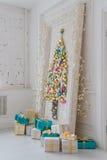 Sala de visitas interior bonita decorada para o Natal Quadro grande do espelho com uma árvore feita das bolas e dos brinquedos Foto de Stock Royalty Free