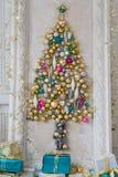Sala de visitas interior bonita decorada para o Natal Quadro grande do espelho com uma árvore feita das bolas e dos brinquedos Fotos de Stock Royalty Free