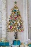 Sala de visitas interior bonita decorada para o Natal Quadro grande do espelho com uma árvore feita das bolas e dos brinquedos Foto de Stock