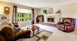 Sala de visitas luxuosa com elementos da chaminé e da antiguidade Imagens de Stock Royalty Free