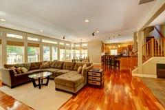 Sala de visitas luxuosa com grupo agradável do sofá imagens de stock royalty free
