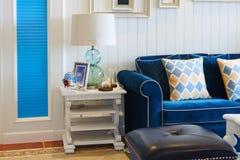 Sala de visitas luxuosa com luz de vidro da tabela do sofá azul em casa fotografia de stock royalty free