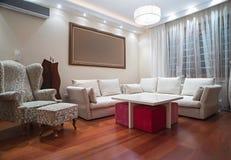Sala de visitas luxuosa com luzes de teto modernas - tiro da noite Fotos de Stock Royalty Free