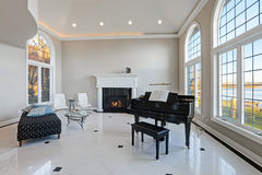 Sala de visitas luxuosa do teto alto com assoalho de mármore Foto de Stock Royalty Free