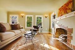 Sala de visitas luxuosa européia com chaminé velha. Imagem de Stock