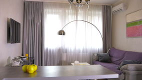Sala de visitas moderna bonita no apartamento à moda video estoque
