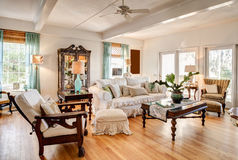 Sala de visitas moderna com antiguidades foto de stock royalty free