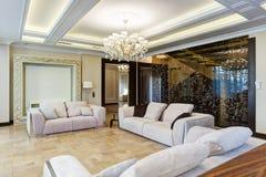 Sala de visitas moderna com os três sofás acolhedores foto de stock