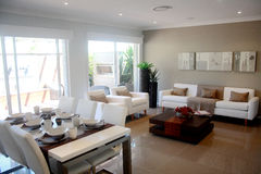 Sala de visitas moderna do design de interiores com tabela dinning Imagens de Stock