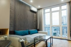 Sala de visitas moderna no apartament com mobília Ninguém para dentro imagens de stock royalty free