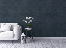 Sala de visitas rústica com sofá, castiçal, orquídea, tamborete velho Fotos de Stock