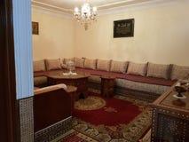 Sala de visitas tradicional marroquina imagens de stock
