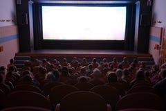 Sala del cinematografo con la gente Fotografia Stock Libera da Diritti