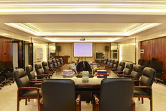 Sala del consiglio moderna dell'ufficio riempita di luce principale Immagine Stock