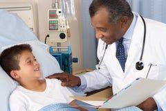 Sala del doctor Visiting Child Patient On Fotografía de archivo