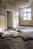 Sala desarrumado dentro da construção abandonada velha/ruína Fotografia de Stock Royalty Free