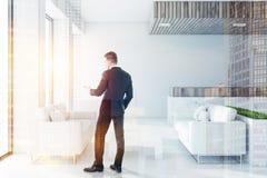 Sala di attesa bianca e di legno dell'ufficio, uomo Immagine Stock