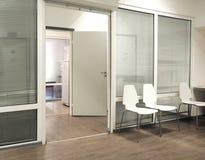 Sala di attesa dell'ospedale con le sedie e la porta aperta Fotografia Stock Libera da Diritti