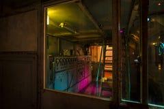 Sala di controllo a macchina in fabbrica abbandonata Immagine Stock