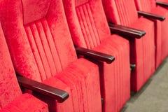 Sala di montaggio vuota con le sedie rosse nelle file concetto degli addestramenti, delle riunioni d'affari e delle conferenze fotografie stock