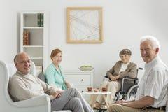 Sala di ricreazione con gli anziani Fotografia Stock
