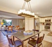 Sala dinning elegante com janelas Fotografia de Stock Royalty Free