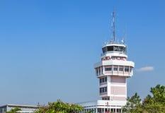 Sala do centro de controle da autoridade de serviços do tráfico aéreo no aeroporto internacional foto de stock