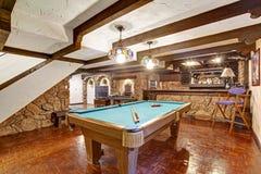 Sala do entretenimento com paredes da rocha Projeto do tema do castelo imagens de stock royalty free
