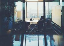 Sala do escritório para encontrar a arquitetura da cidade fora imagens de stock