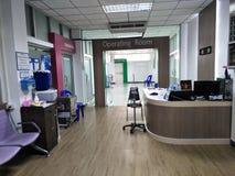 Sala do exame do hospital e tabela da cadeira dentro da construção do hospital imagem de stock royalty free