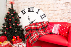 Sala do interior do ` s do ano novo A árvore de Natal decorada com balões coloridos e os presentes encontram-se no assoalho Backg Imagem de Stock Royalty Free