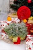 Sala do interior do ` s do ano novo A árvore de Natal decorada com balões coloridos e os presentes encontram-se no assoalho Backg Foto de Stock Royalty Free