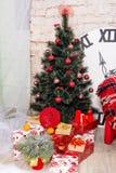 Sala do interior do ` s do ano novo A árvore de Natal decorada com balões coloridos e os presentes encontram-se no assoalho Backg Imagem de Stock