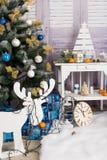 Sala do interior do ` s do ano novo A árvore de Natal decorada com balões coloridos e os presentes encontram-se no assoalho Backg Fotografia de Stock