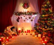 Sala do Natal, iluminando a decoração da chaminé da árvore do Xmas imagem de stock