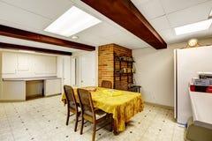 Sala do porão com mesa de jantar Fotos de Stock Royalty Free